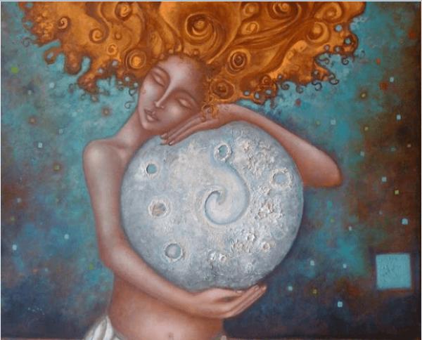 Vrouw die de maan omhelst vanwege haar vrouwelijke cyclus