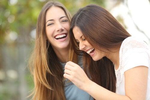 Twee zussen die samen lachen