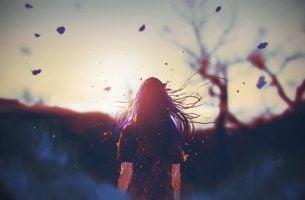 Vrouw die luistert naar haar lichaam terwijl ze in de wind staat, als voorbeeld van lichaamsbewustzijn