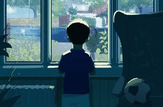 Jongetje dat voor een raam staat