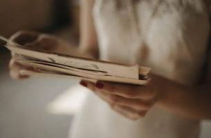 Vrouw die een brief staat te lezen van haar tiener dochter