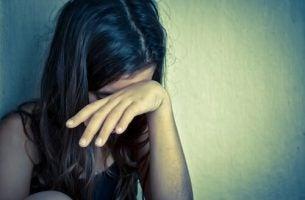 Meisje dat slachtoffer is van de vormen van kindermishandeling