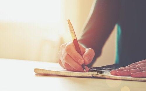 Man schrijft zijn doelen op papier