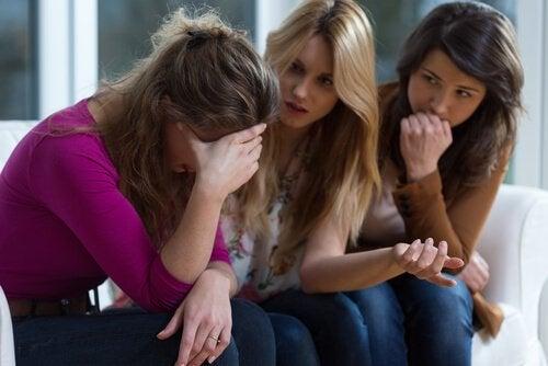 Meisje dat zich uitstort bij haar vriendinnen omdat ze slachtoffer is van emotioneel misbruik