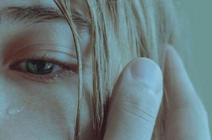 Droevig meisje dat het slachtoffer is van emotioneel misbruik