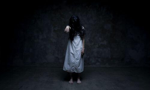 Bezeten meisje in donkere ruimte