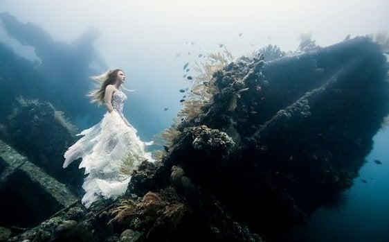 Vrouw die onder water staat op een gezonken schip