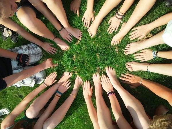 Foto van een groep vrienden die elkaars sociale identiteit bepalen