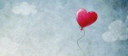 Hartjesballon in de lucht