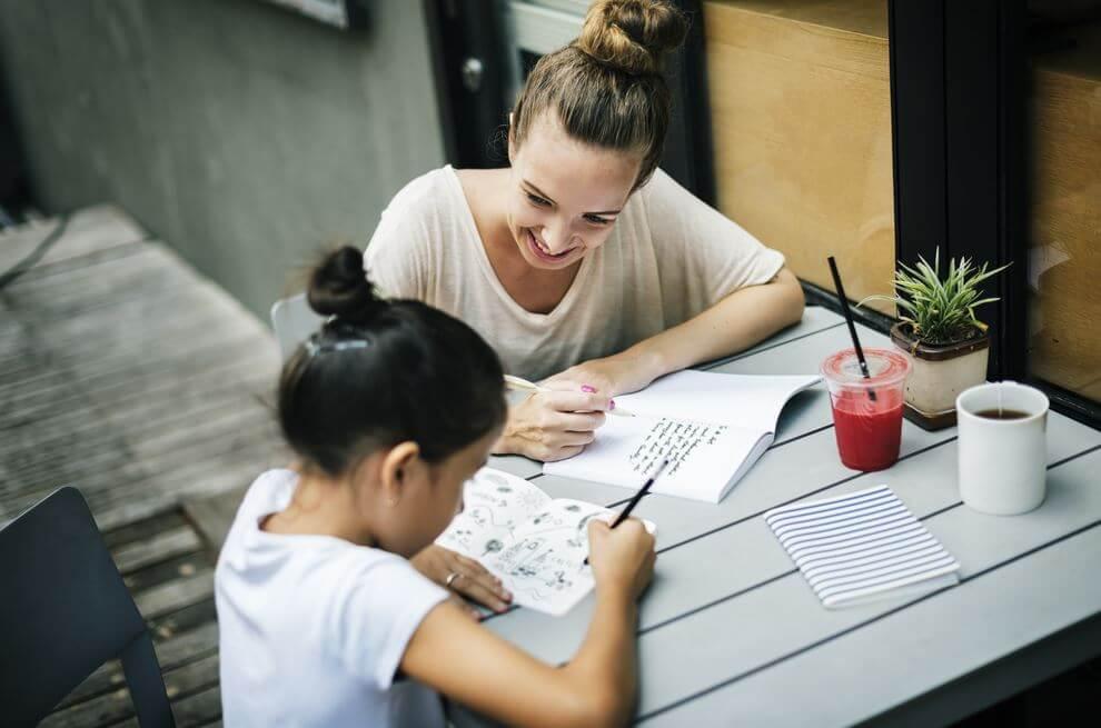 Moeder die haar dochter helpt met haar huiswerk