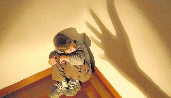 Jongetje dat mishandeld wordt