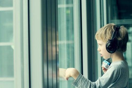 Kind met koptelefoon als voorbeeld van het effect van muziek