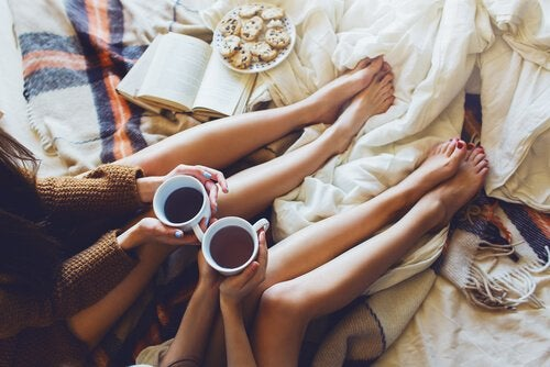Twee vriendinnen die naar elkaar luisteren onder het genot van een kop koffie, want luisteren is een kunst
