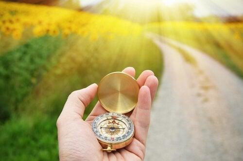 Vrouw vertrouwt op haar kompas