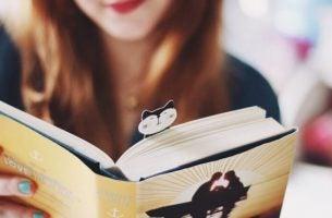 Meisje dat een boek zit te lezen vanwege het verband tussen lezen en de hersenen