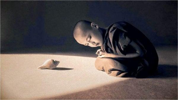 Een jongen luistert naar een schelp
