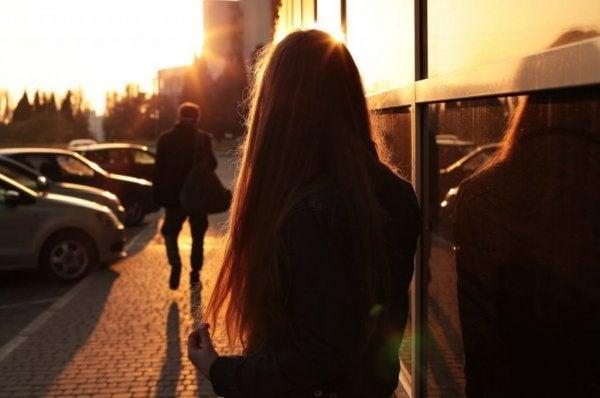 Meisje dat kijkt hoe haar vriend van haar wegloopt