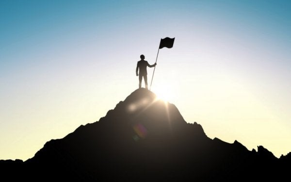Man op de top van een berg