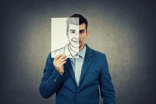 Man die een tekening voor zijn gezicht houdt