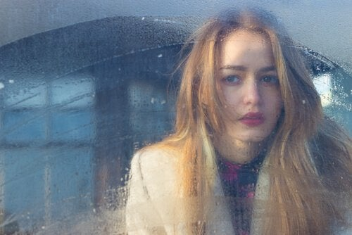 Meisje achter beslagen raam