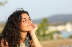 Meisje denkt aan haar doelen: weten wat je wilt is belangrijk