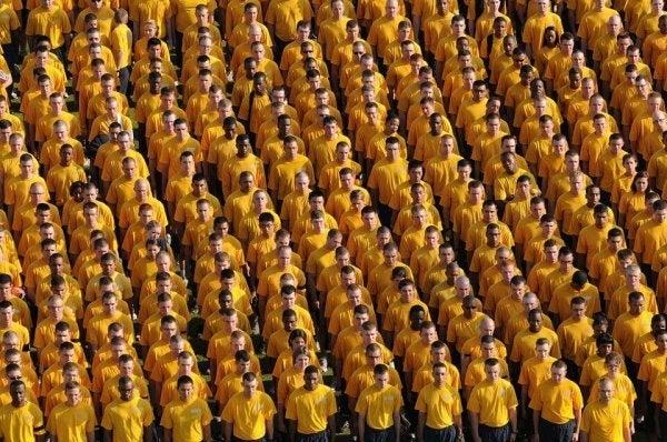 Een leger van mensen in dezelfde outfit die elkaars sociale identiteit bepalen