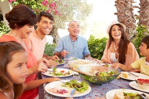 Met de familie aan tafel