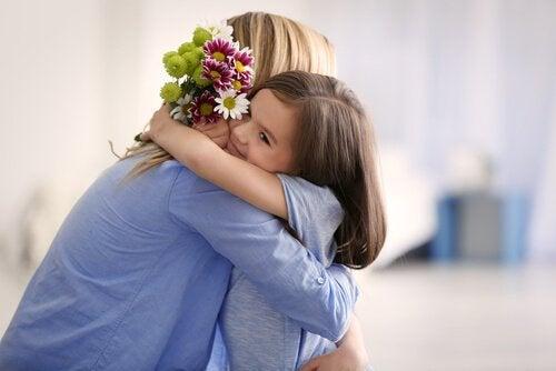 Moeder die haar dochter knuffelt, maar is ze moeder of vriendin?