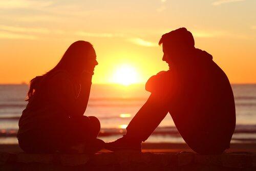 Jongen en een meisje die naar elkaar luisteren, want luisteren is een kunst