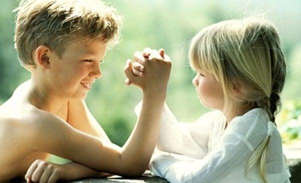 Oudere broers en zussen zijn tegelijk je superhelden en je beste vrienden