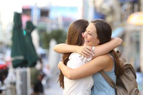 Vriendinnen die elkaar omhelzen