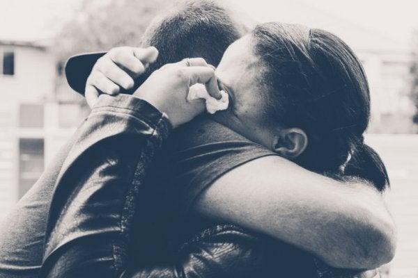 Mensen die elkaar innig omhelzen