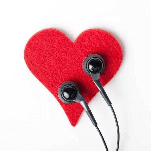 Oprecht luisteren naar het hart: oordopjes op je hart