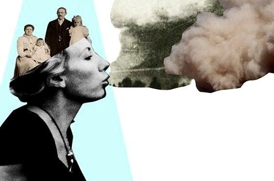 Vrouw met een oud gezin in haar houdt die wolken uit haar mond blaast
