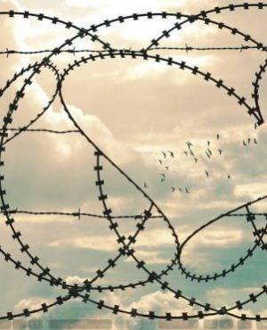 Prikkeldraad in de vorm van een hartje, als symbool voor mensen die gekwetst worden in de liefde