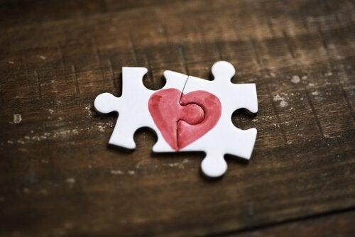 Twee puzzelstukjes met een hartje erop