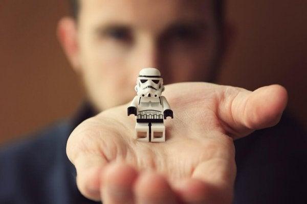 Man met lego-poppetje op zijn hand