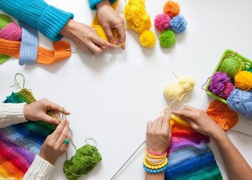 Groep vriendinnen samen aan het breien