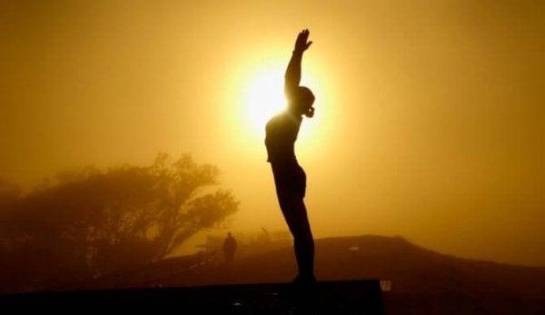 Vrouw die bij zonsopgang Tai Chi doet