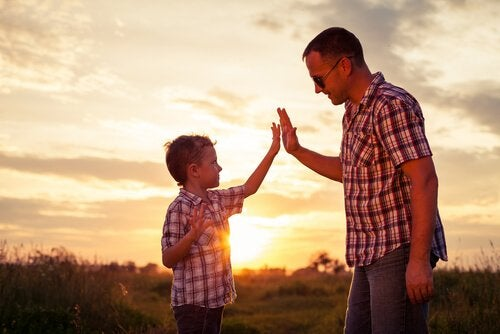 Vader die zijn zoon een high five geeft