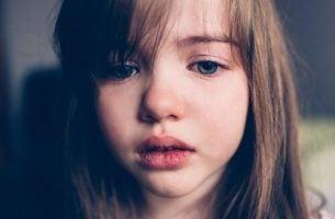 Huilend meisje vanwege ouders die hun kinderen slaan