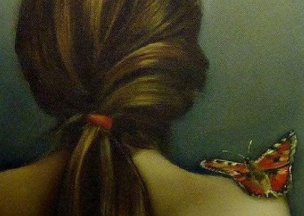 De relatie tussen je huid en je emoties: naakte vrouw met vlinder op schouder