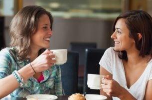 Twee vriendinnen die oprecht luisteren naar elkaars verhalen