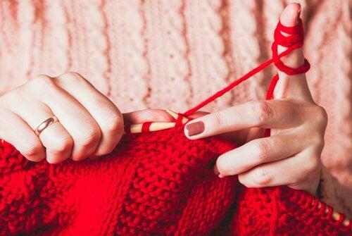 Vrouw aan het breien