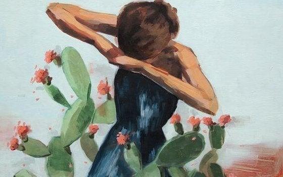Meisje dat tussen de cactussen staat