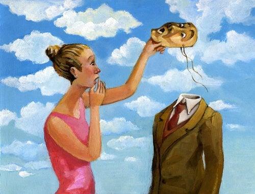 Vrouw doet masker van partner af
