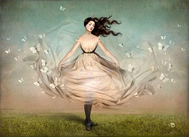 Vrouw in het gras die zonder grenzen danst