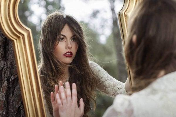 Kijk verder dan je reflectie in de spiegel