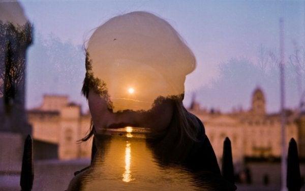 Vrouw kijkt uit over water