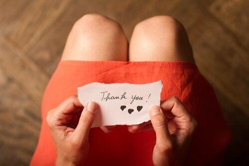 Dankbaarheid ontwikkelen: vrouw krijgt bedankbriefje